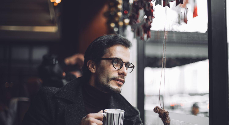 Mann med kaffekopp