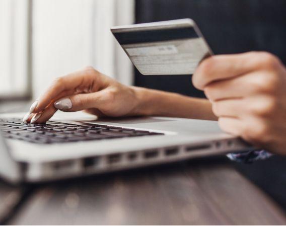 Kvinne som betaler med kort på nettet