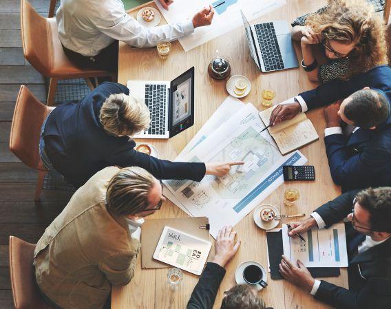 Bilde av flere kollegaer som jobber sammen i et kontorlandskap