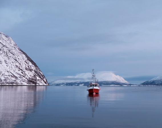 Bilde av fiskebåt på havet om vinteren