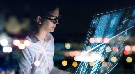 Bilde av en dame som jobber på en datamaskin
