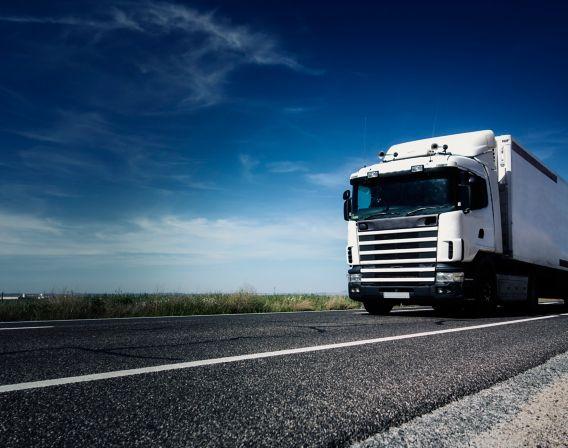 Bilde av lastebil som kjører på asfalt