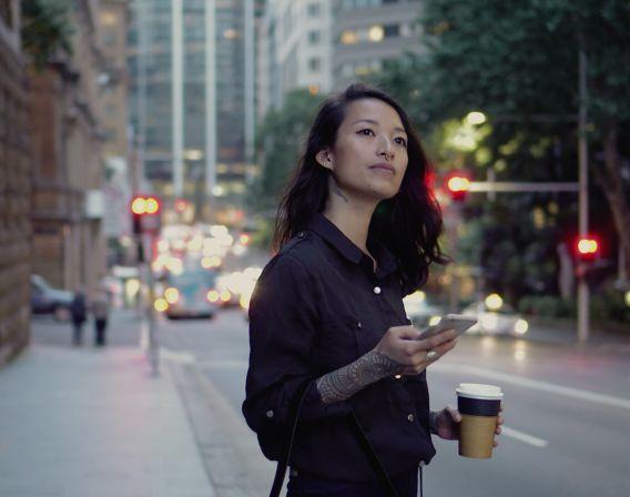 jente med mobil og kaffe