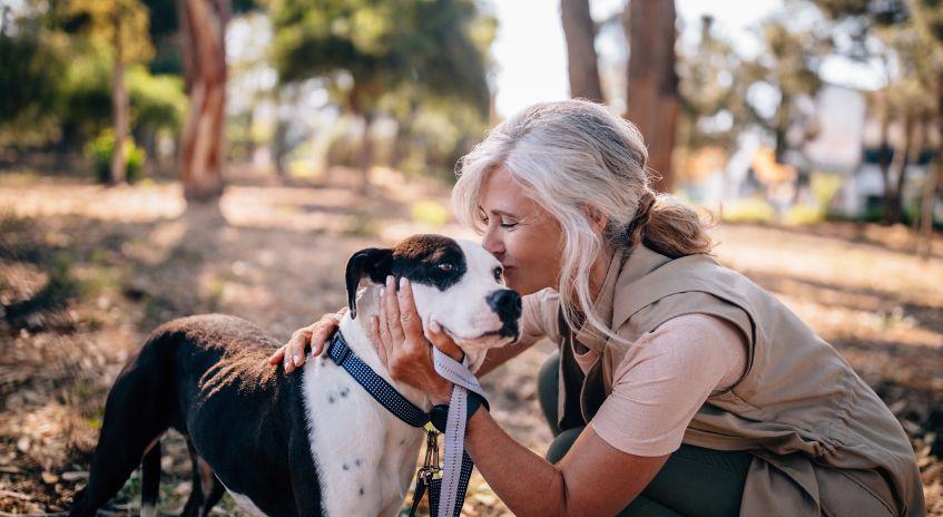 Senior med hund i skogen