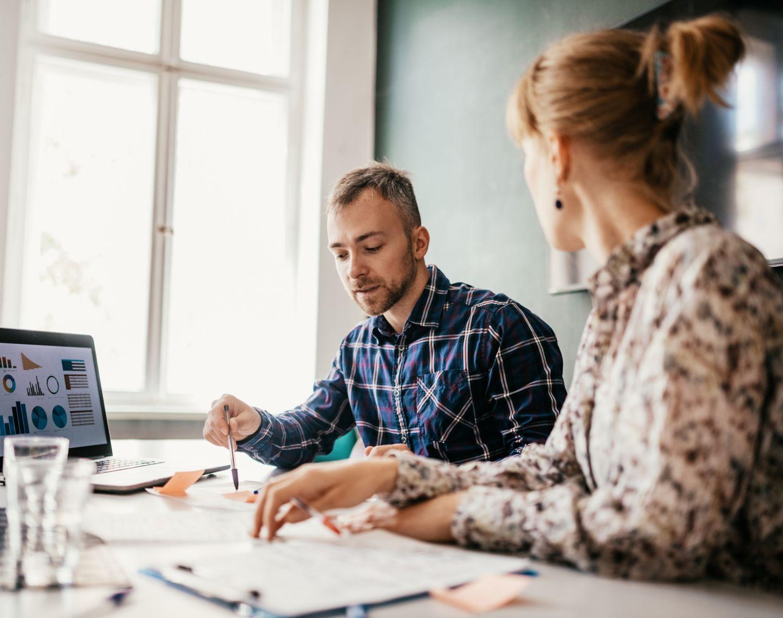 Bilde av mann og kvinne som samarbeider med en presentasjon til jobb