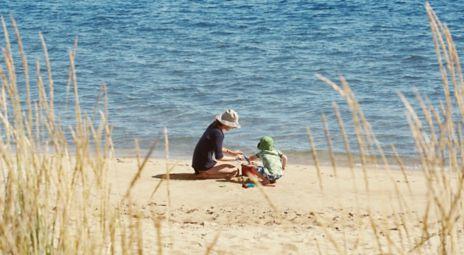 Mor og barn på stranda