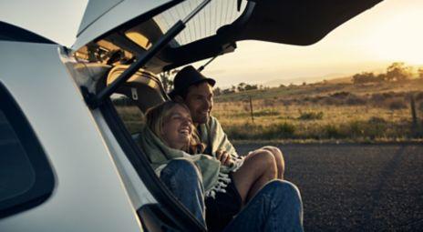 Ungt par i bil