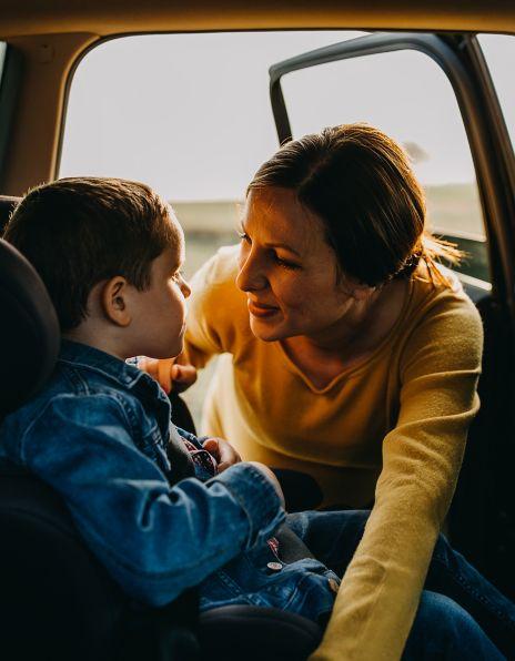 Mor og barn i bil. Foto.