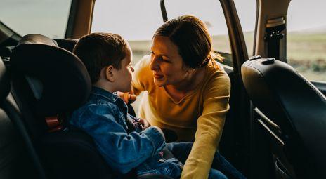 Mor og barn i bil