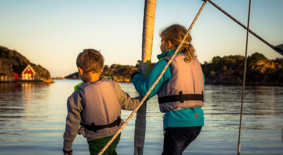 Båtforsikring. Barn på båt. Foto.