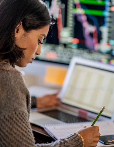 Dame foran en PC-skjerm