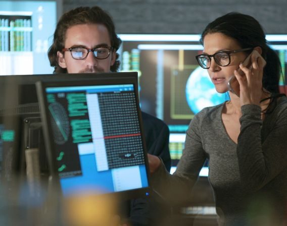Bilde av kvinne og mann som jobber på datamaskin