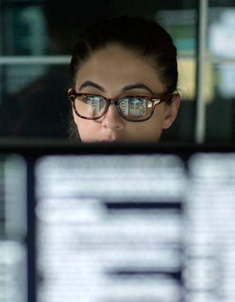Bilde av kvinne med briller foran datamaskin