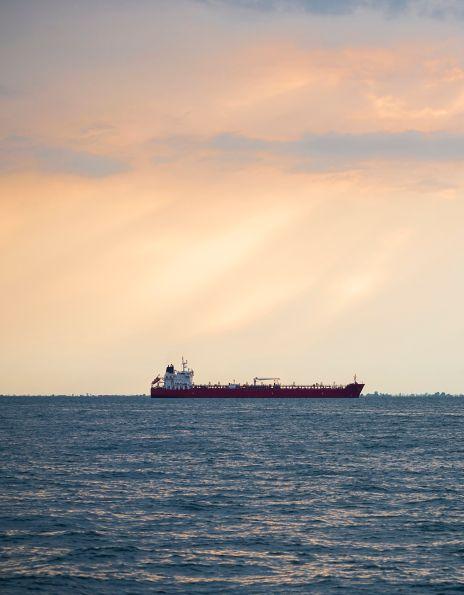 Oljetanker ute på bøljan blå