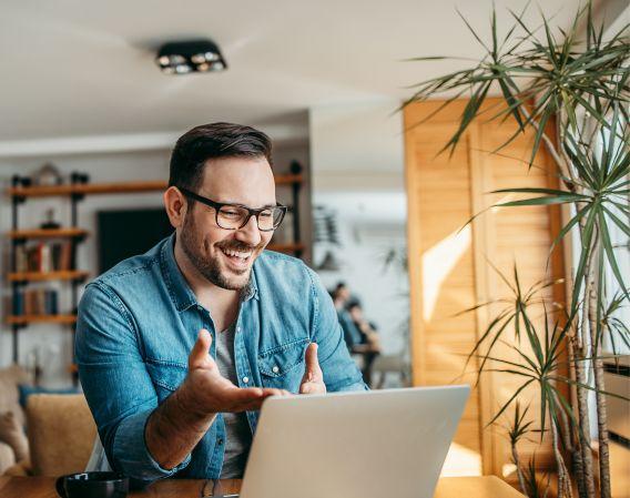 En mann som er i et digitalt møte