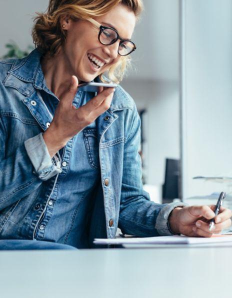 Bilde av en dame som snakker i telefonen