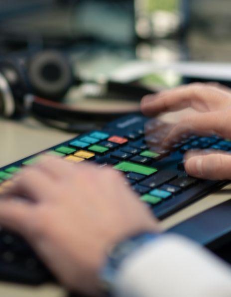 Mann som taster i vei på et Bloomberg-tastatur
