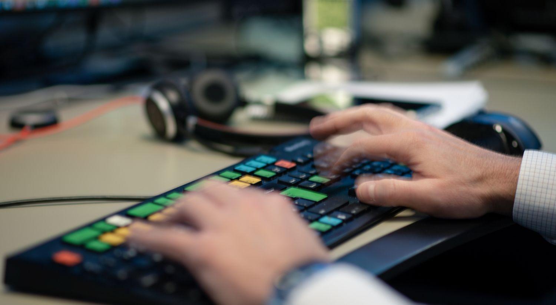 Hender som taster i vei på et Bloomberg-tastatur