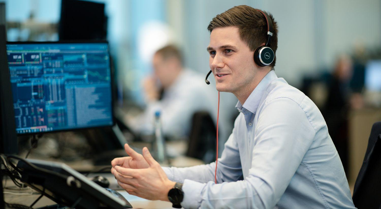 Hos DNB Markets tilbyr vi hjelp til kunder som ønsker å komme i gang med aksjehandel. Her ser du en av våre rådgivere på telefonen.