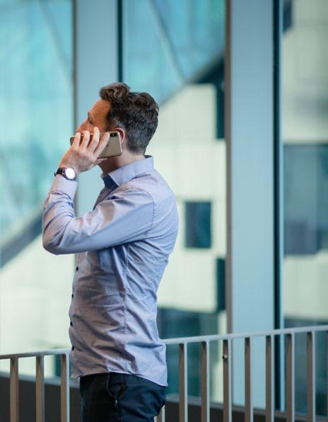 Mann som snakker i telefonen