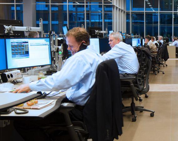 Folk som sitter og jobber i meglerhallen til DNB Markets