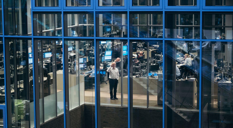 Bilde tatt utenfra og inn vinduene i DNBs meglerhall