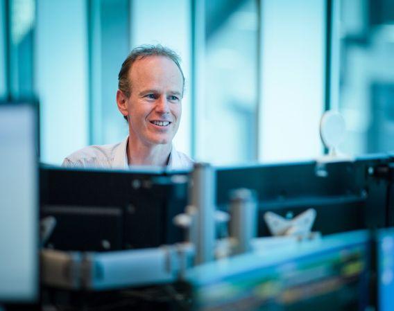I DNB Markets finner du et av Norges mest kompetente analysemiljøer på aksjer. Her representert ved analytiker Paul Harper.
