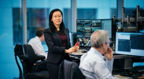 Analytiker Kelly Chen i DNB Markets analyseavdeling, tilbyr daglige rapporter om markedet og dypere selskapsanalyser, samt mer langsiktige prognoser..