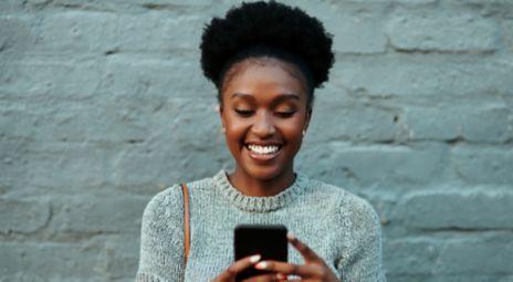 Kvinne med mobil