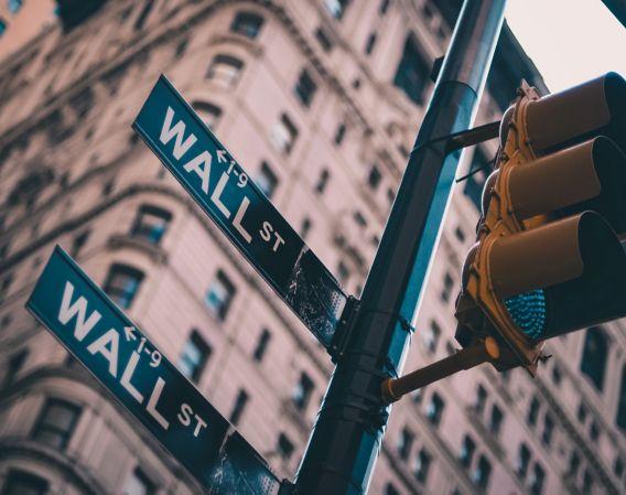 Gateskilt fra New York som viser Wall Street