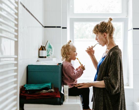 Mor og barn pusser tenner