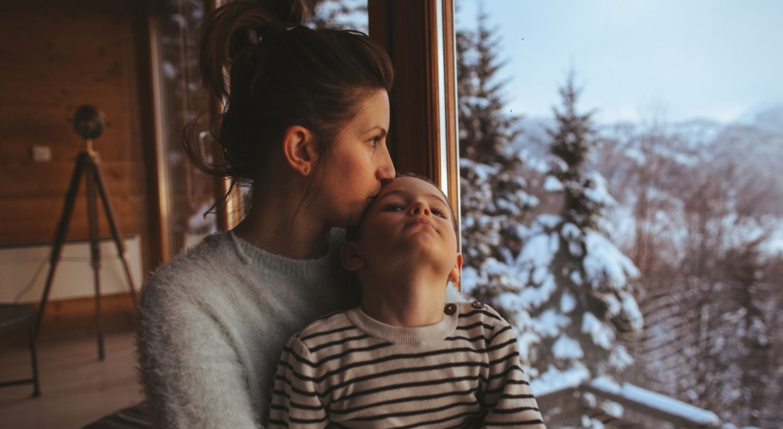 Mor og barn på hytta.