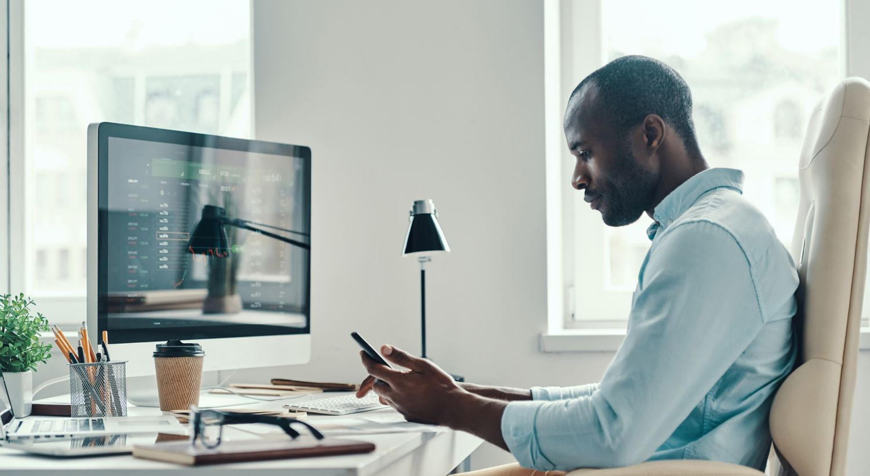 Mann ved skrivebordet.