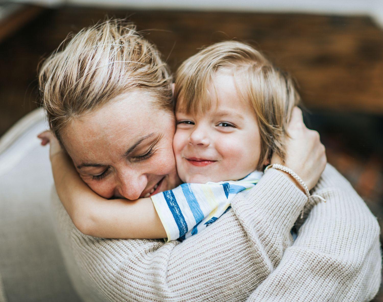 Mor klemmer barn