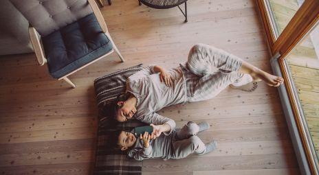 Mor og barn på gulvet