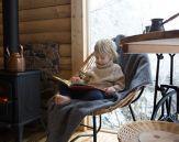 Gutt sitter i ens tol på hytta
