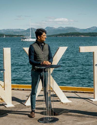 Bilde av mann som blir intervjuet ved sjøen i Stavanger