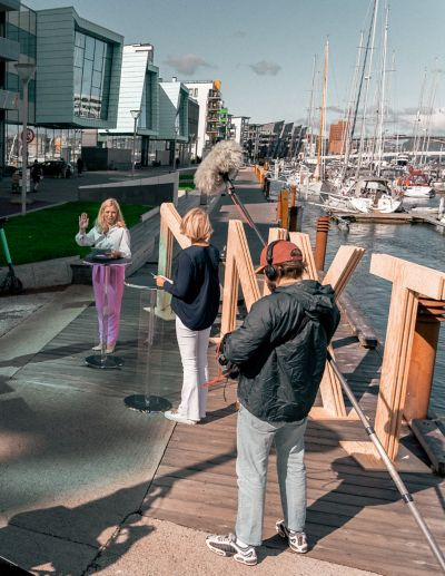Bilde av to damer som blir filmet og intervjuet i Bergen
