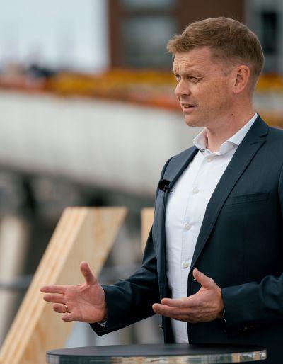 Bilde av en mann som blir intervjuet utendørs i Trondheim